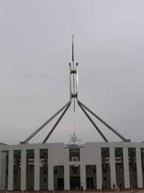 Australsky parlament /><br />  Australsky parlament</p> <p>Posadka si preje prohlidku parlamentu, takze tomu tentokrat neuniknu. Protoze nemame automapu a cedule nikde, obkrouzim cely obchvat okolo stupidniho parlamentu asi sestkrat, nez se dostavame na misto. Podle spravnych ocekavani je to nesnesitelna nuda tak nikoho nemusim dlouho premlouvat k odjezdu. Smerujeme na Jindabyne a dnesnim cilem je horska vesnicka Thredbo Village, ktera stoji pod Mt. Kosciuszkem. Do N.P. Snowy Mountains prijizdime uz za uplne tmy, zastavujeme u pokladny, ktera je uz zavrena. Vstup pro auto na 24 hodin stoji 16 AUD. Rozhodujeme se stravit noc mimo park a rano zaplatit. Jak nabirame vysku zacina byt opravdu zima. V mistech, kde stavime stan, jsme ve vysce okolo 1350 m.n.m. Je absolutne jasna obloha s nadhernou mlecnou drahou. Uz ted vime ze noc bude kruta…</p> <p><img src=